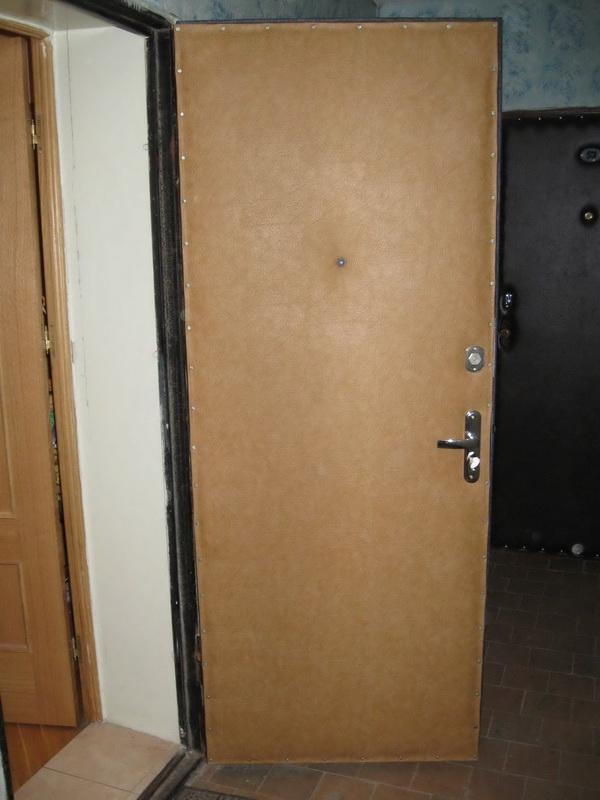 Входная дверь, обшитая кожзамом