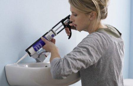 Приклеивание раковины к стене с помощью силиконового герметика