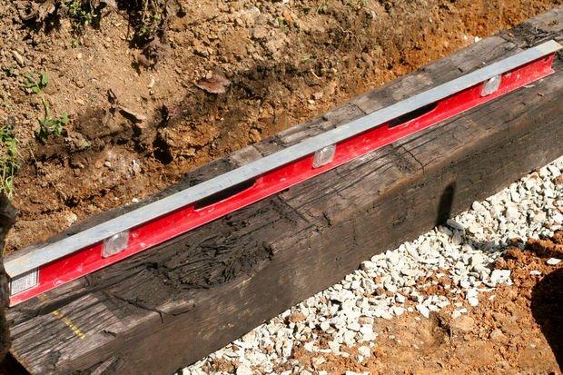 Деревянная шпала и строительный уровень