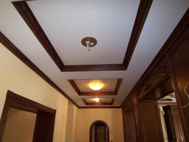 Деревянные потолочные плинтуса фото