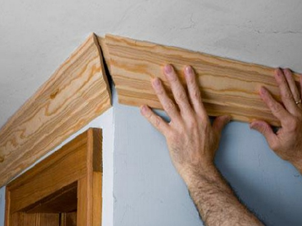 Установка угла потолочного плинтуса из дерева