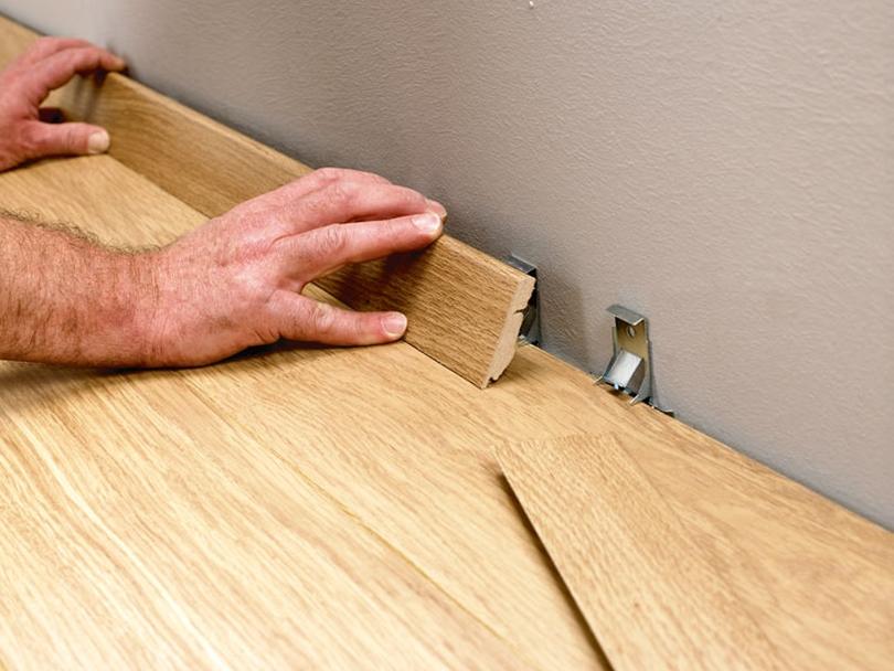 Установка деревянных плинтусов на специальные крепежи