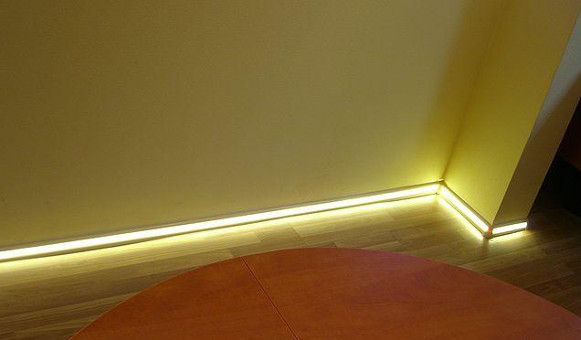 Напольный плинтус с подсветкой желтого цвета