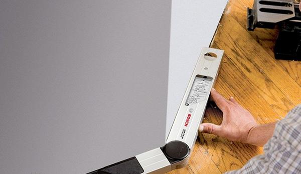 Измерение угла комнаты с помощью угломера
