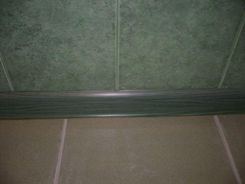 Пластиковый плинтус зеленого цвета