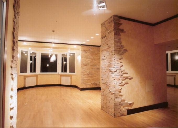 Декоративный камень на стене в прихожей