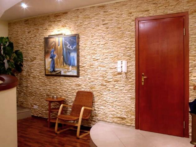 Искусственный камень на стене