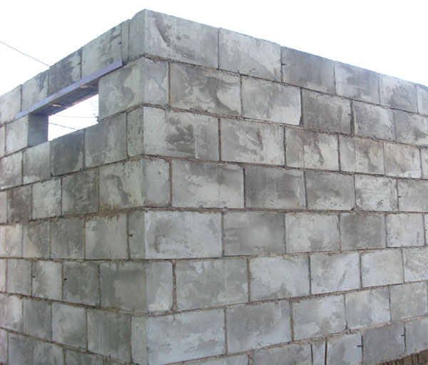 Угол стены гаража из шлакоблоков