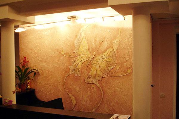 Бабочка из декоративной штукатурки на стене
