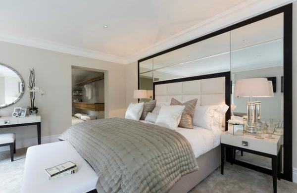 Зеркальные декоративные панели в спальне