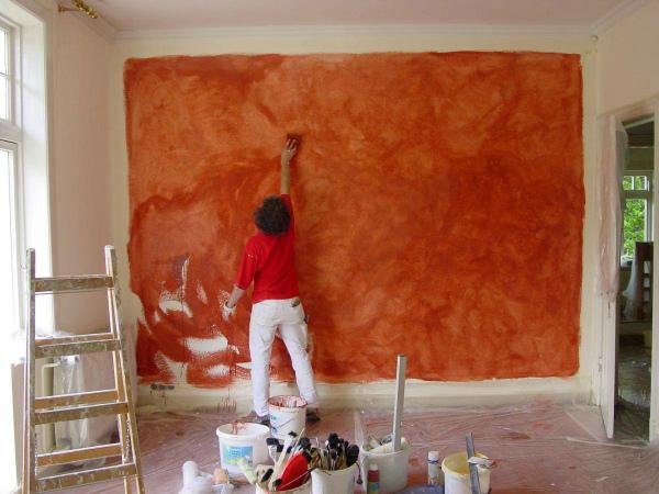 Процесс декорирования стены краской
