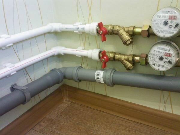 Установка труб отопления в месте промерзания стены