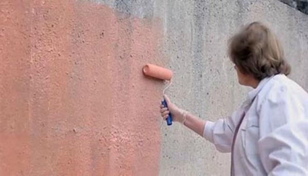 Грунтование стены раствором бетонконтакт
