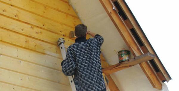 Грунтование фасада дома из дерева