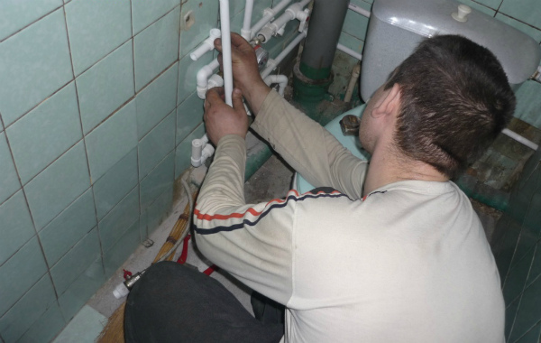 Процесс монтажа системы водоснабжения в ванной
