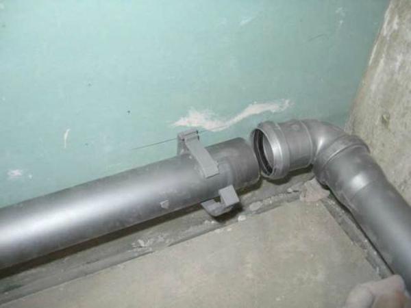 Крепление элементов канализационной системы