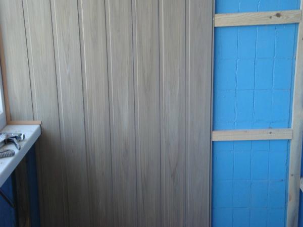 Пример обшивки балкона ПВХ вагонкой