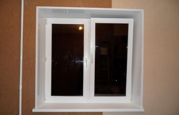 Вид окна с пластиковыми откосами
