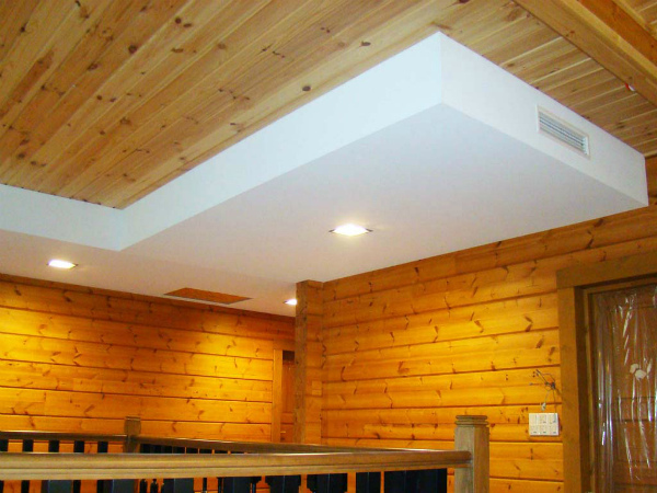 Конструкция из гипсокартона на деревянном потолке