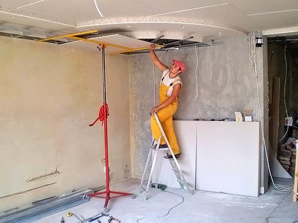 Применение подъемника при монтаже гипсокартонного потолка