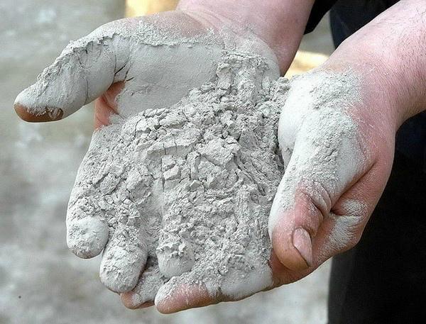 Сухую цементную шпаклевку нужно развести водой