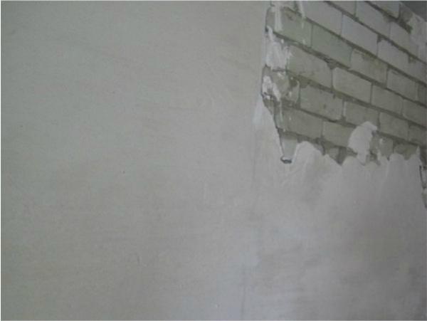 Нанесение стартовой шпаклевки на кирпичную стену