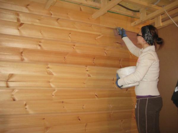 Обработка поверхности древесины антисептиком