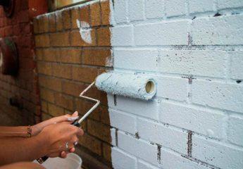 Чем и как покрасить кирпичную стену на балконе