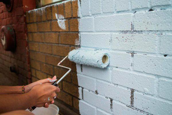 Покраска кирпичной стены валиком