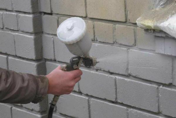 Покраска кирпичной стены краскопультом