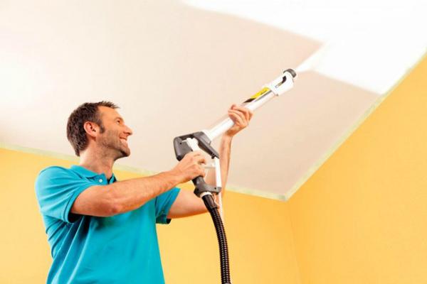 Перекрашивание обоев на потолке краскопультом