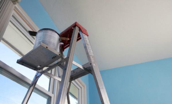 Покраска потолка синей водоэмульсионкой