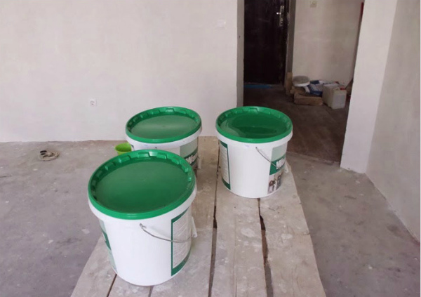 Три банки с водоэмульсионкой на стройплощадке