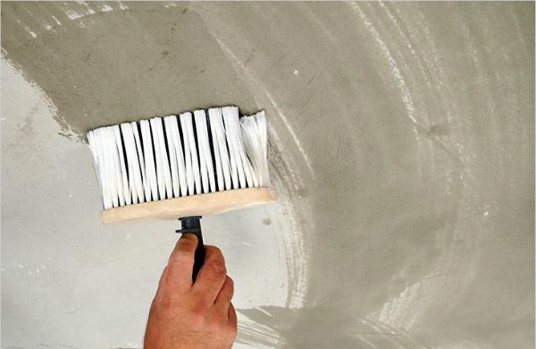 Нанесение грунта на выровненную потолочную поверхность