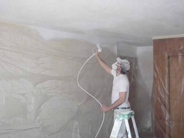 Профессиональное окрашивание потолка краскопультом