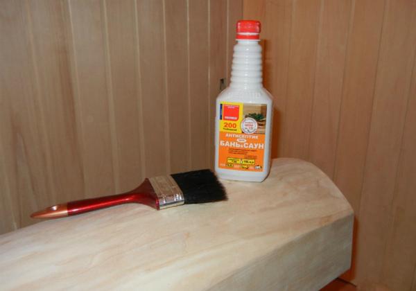 Кисточка и антисептик для сауны