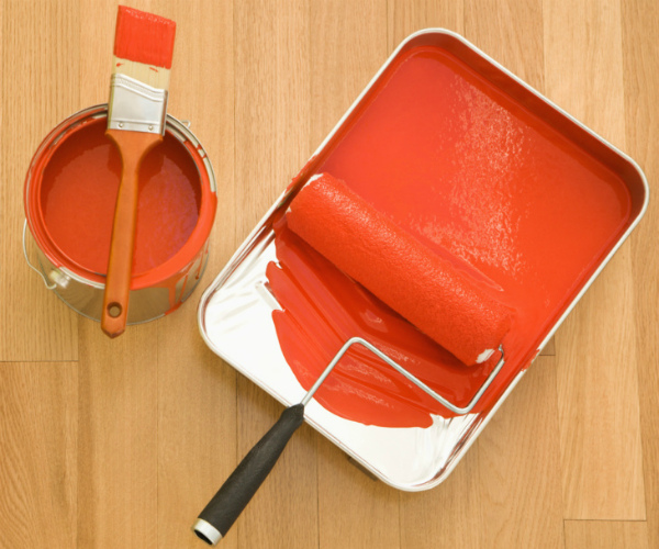Подготовка краски и кисточки к покраске