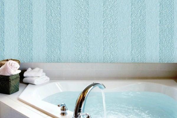 Стена в ванной, декорированная стеклообоями