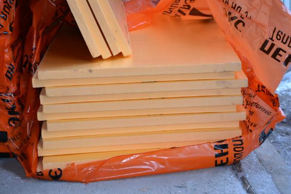 Раскрытая упаковка с плитами пеноплекса