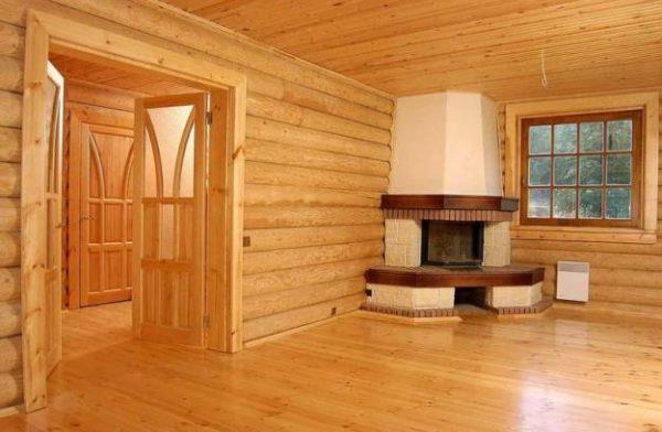 Комната в доме с деревянной отделкой