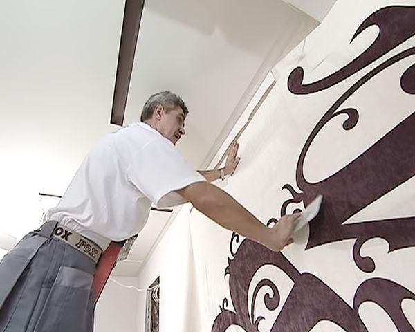 Стену покрывают лаком и клеят на нее ткань
