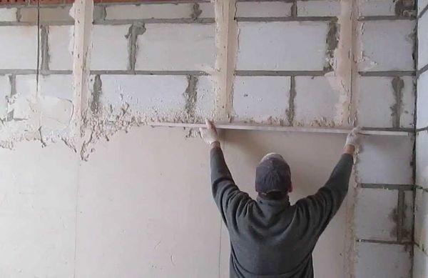 Выравнивающая штукатурка стены
