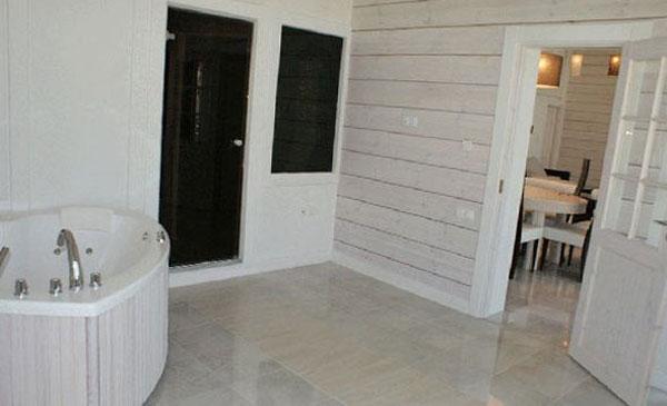 Внутренняя покраска стен деревянного дома в светлые оттенки
