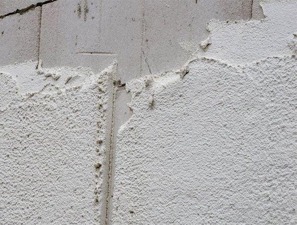 Стены кирпичного гаража можно покрыть «теплой» штукатуркой
