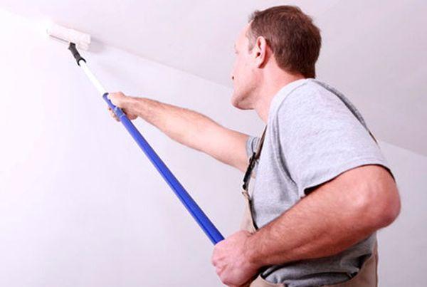 Белить потолки и стены может своими руками даже начинающий мастер