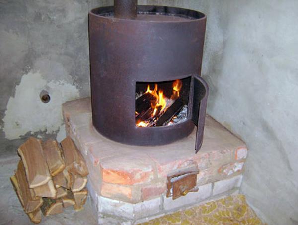 Основание печи изготавливают из огнеупорного кирпича